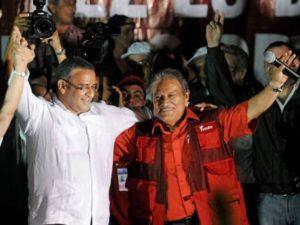 Mauricio Funes, a la derecha, el día del triunfo electoral, el 15 de marzo de 2009.