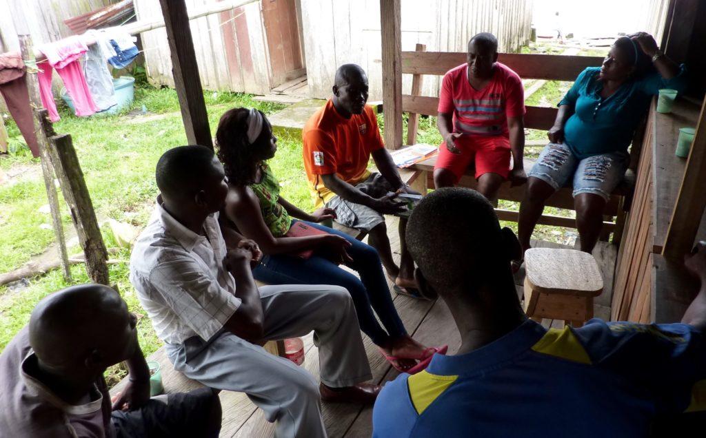 Palacios (al fondo, de rojo), en una reunión con un Consejo Comunitario del río Bojayá.